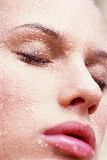 Nemlendirici Nemlendirme, çevrenin yol açtığı buharlaşma etkilerinin önlenmesine yardımcı olur. Nemlendirici cildi düzgünleştirir, dolgunlaştırır, gözenekleri kapatarak makyaj için iyi bir zemin hazırlar.   Uygulama:  Kaynamış suyun içine birer tutam lavanta, melisa, papatya ve hatmi çiçeği atin, 15–20 dakika demlendirip süzün. Saf alkol ekleyin. (Hazırlanan karışım, kapalı bir şişede buzdolabında saklayın)